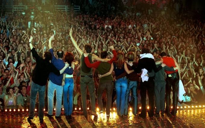 Volumia! buigt voor het publiek tijdens het afscheidsconcert Ahoy Rotterdam 6-4-2002